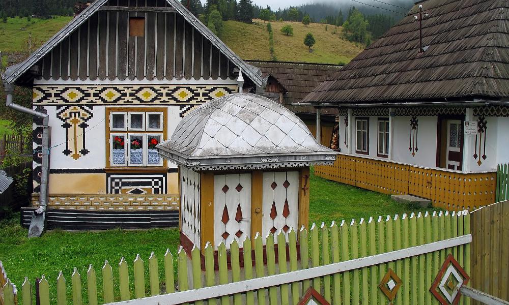 ce joli village de bucovine est caché dans les carpates en roumanie